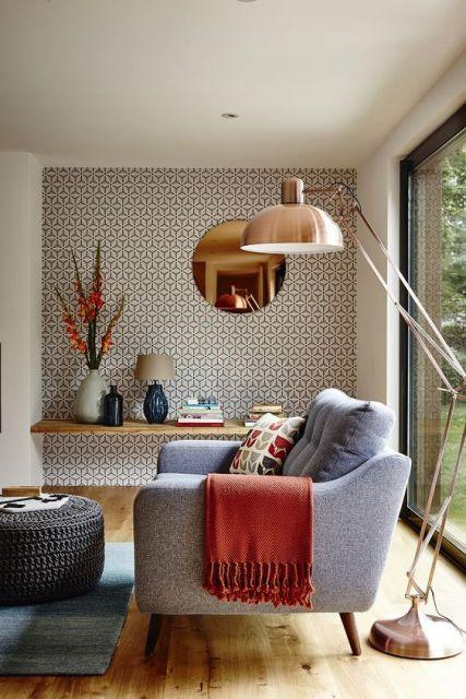 Sala de estar com papel de parede geométrico em uma das paredes.