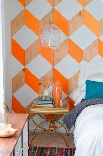 Quarto com papel de parede laranja e marrom (que imita madeira), formando losangos.