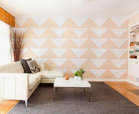 Sala de estar com tons neutros e papel de parede laranja destacado.