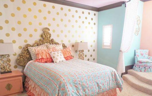 Papel de parede de quarto com círculos dourados.