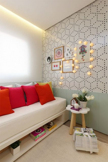 Papel de parede com formas geométricas formadas por traços pontilhados.