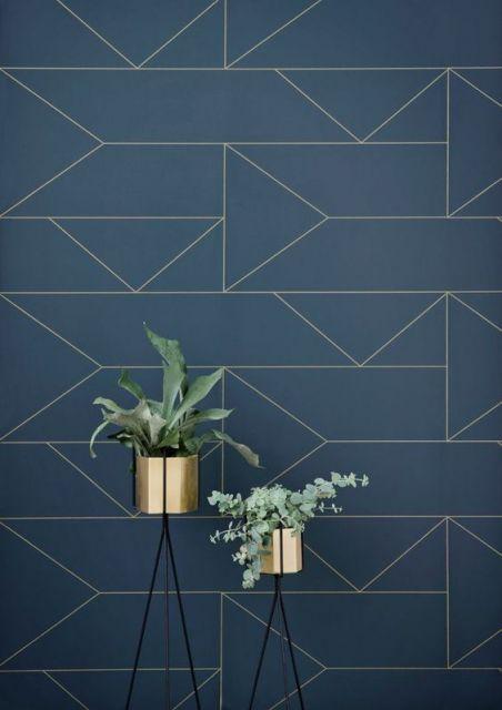 Papel de parede azul com triângulos e retângulos.