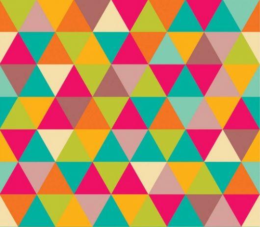 Papel de parede colorido com triângulos.