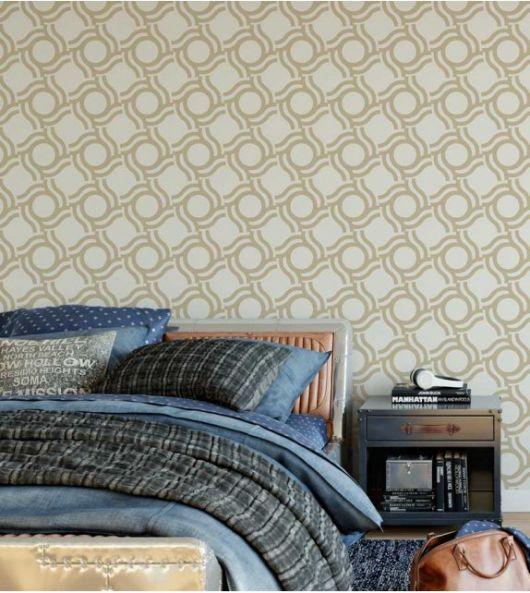 Papel de parede geométrico bege em quarto com cama de casal.