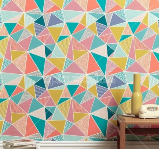 Papel de parede geométrico com triângulos em diversas cores.