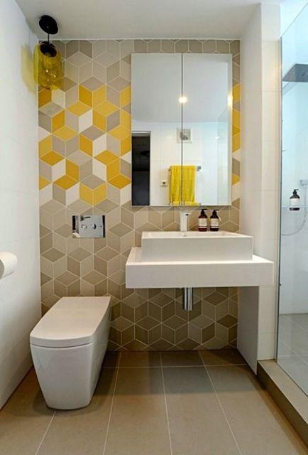 Banheiro com papel de parede geométrico degradê.