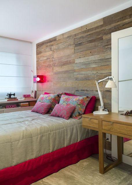 papel de parede de madeira escura em quarto com detalhes em vermelho