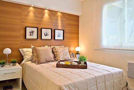 papel de parede de madeira em quarto branco com iluminação em destaque