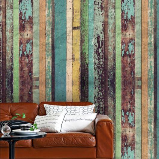 papel de parede de madeira em tons verdes na sala