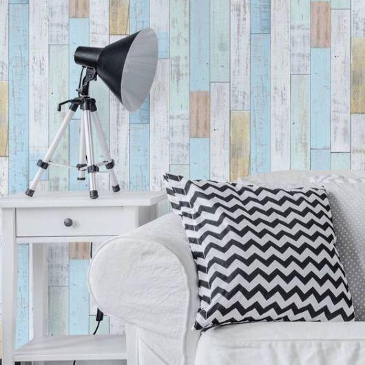 papel de parede de madeira em tons de azul na sala
