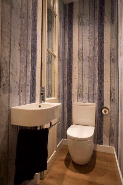 papel de parede de madeira em tons claros no banheiro