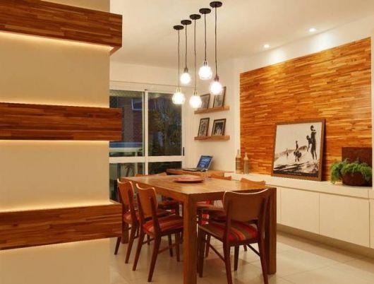 papel de parede de madeira em sala de jantar