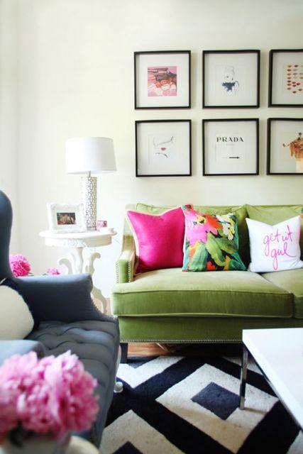 sofá de veludo verde-musgo com almofada pink