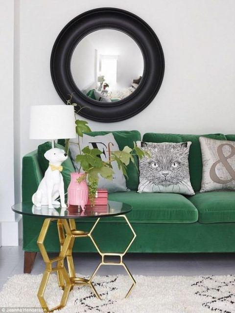 sofá de veludo verde combinado com mesa lateral dourada