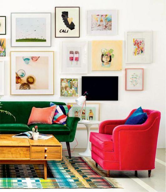 sofá de veludo verde com poltrona vermelha
