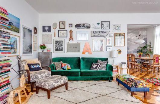 sofá de veludo verde com poltronas estampadas