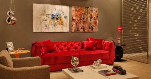 sofá de veludo vermelho em ambiente bege