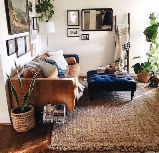 sofá de veludo marrom em sala branca com tapete de palha