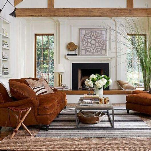 sofá de veludo marrom com apoio de pé