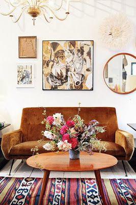 sofá de veludo marrom com tapete vinho