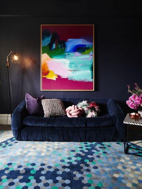 sofá de veludo azul escuro