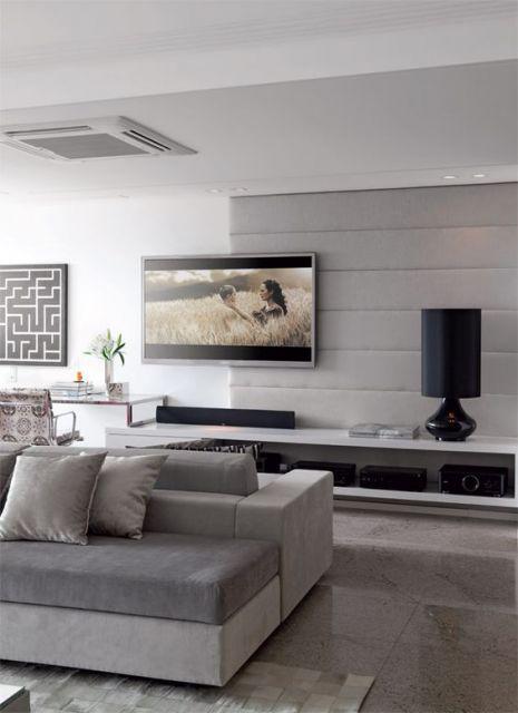 sofá de veludo cinza claro em ambiente clean