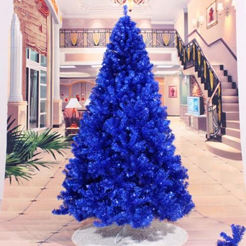 árvore de natal azul no centro de uma sala