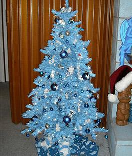 árvore de natal azul-bebê com bolas pratas penduradas