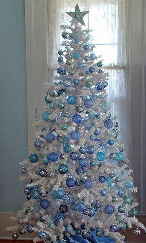 árvore de natal com folhas brancas e bolas azuis de diferentes tonalidades