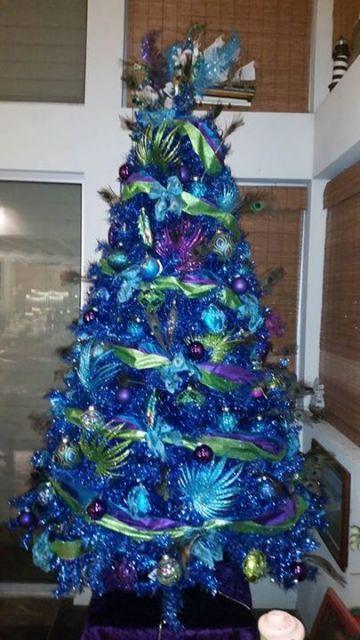 árvore de natal azul pequena decorado com laços e bolas