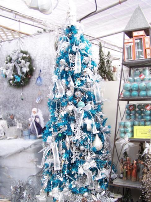 árvore de natal azul muito pequena com enfeites brancos