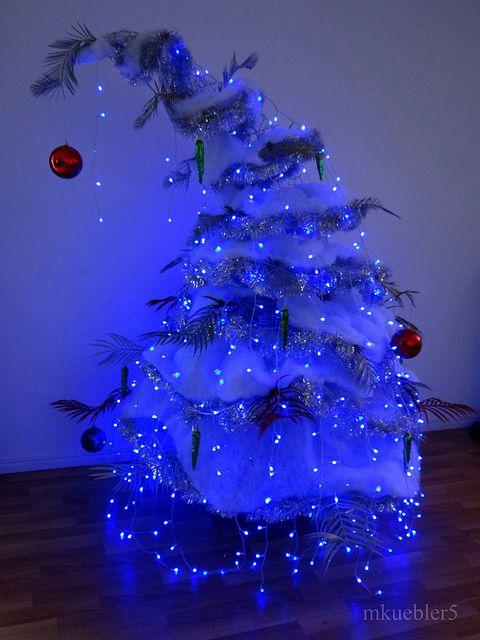 árvore de natal azul pequena que se entorta para o lado conforme vai crescendo verticalmente