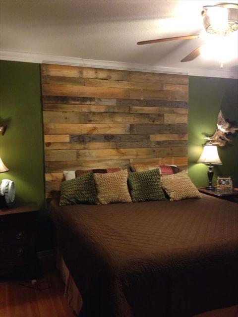 Cabeceira de pallets que cobre toda a extensão vertical da parede atrás da cama