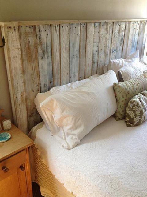 Foto tirada lateralmente de uma cama com cabeceira de pallets simples