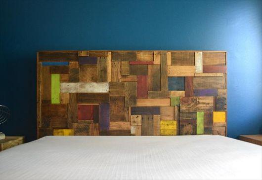 cabeceira de pallets composta por madeiras de diversas cores diferentes, parecendo um mosaico