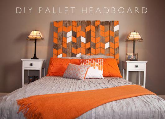 cabeceira de pallets pintada com laranja e branco