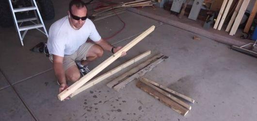 Homem manejando as madeiras do paletes desmontadas
