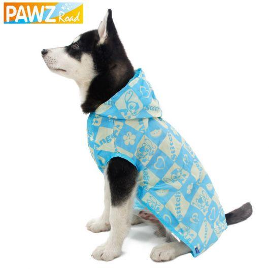 Foto de cachorro com capa de chuva azul e branca do desenho Lilo e Stitch
