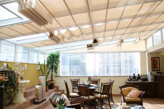 sala com telhado de vidro