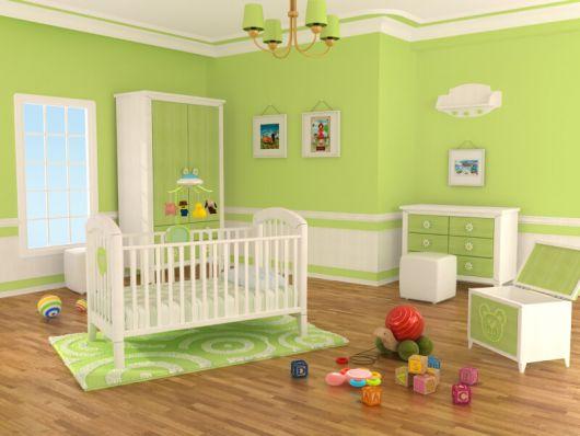 quarto de bebê verde com móveis brancos