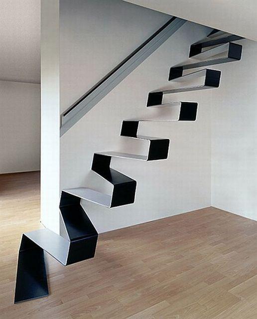 Escada flutuante de ferro com degraus que se ligam entre si