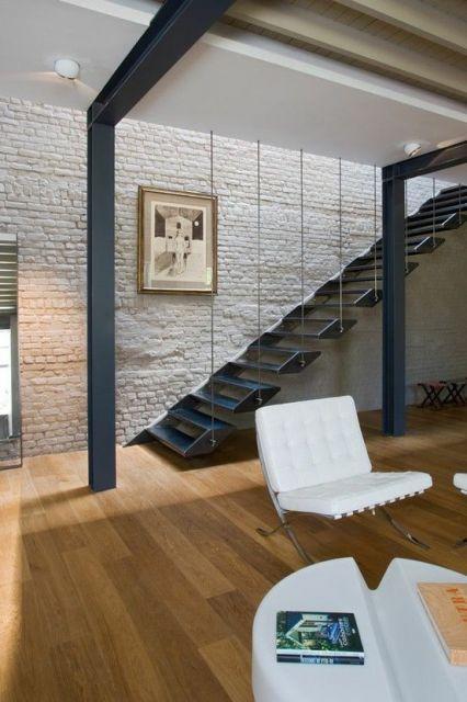 Escada flutuante de ferro com degraus que se une a cada dois degraus