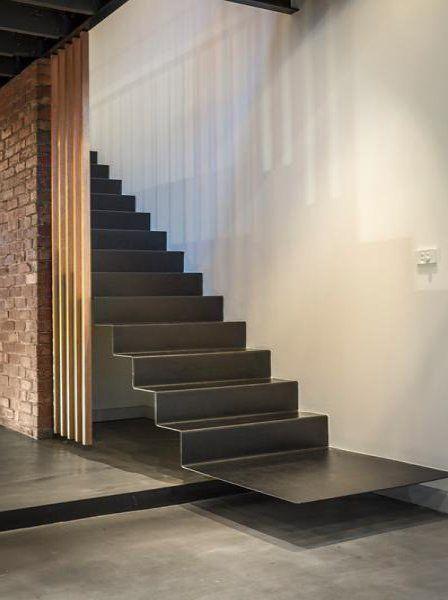 Escada flutuante de ferro com degraus interligados, dando a sensação de uniformidade