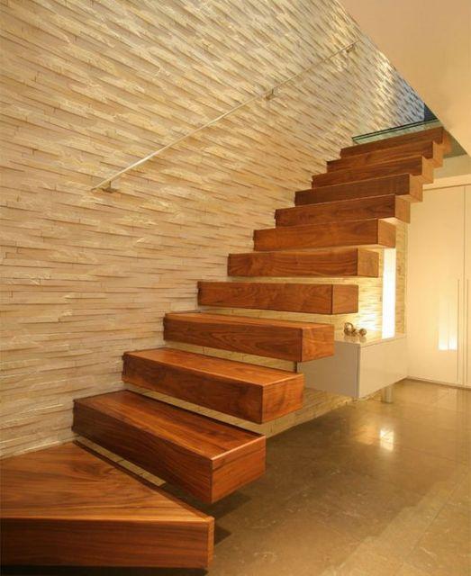 Escada flutuante feita de madeira em um cômodo todo pintado com tons de marrom