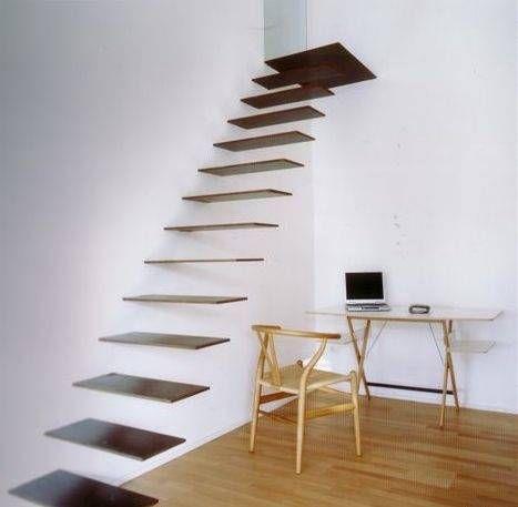 Escada flutuante feita de madeira com degraus muito finos