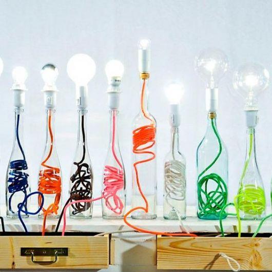 luminárias com fios coloridos