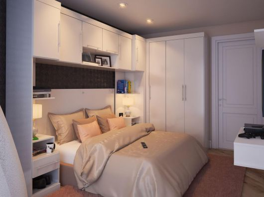 quarto de casal com móveis brancos