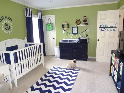quarto de bebê verde com móveis azuis