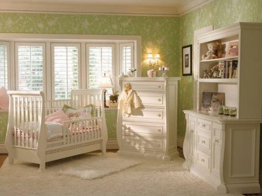 quarto de bebê verde com bege e móveis brancos