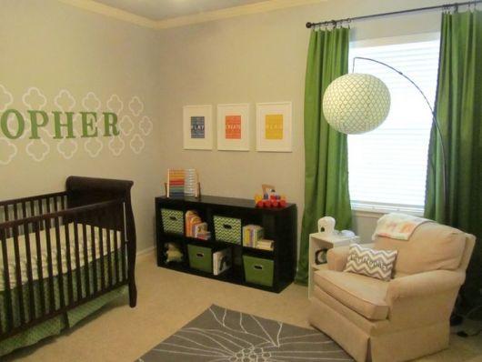 quarto de bebê verde com parede bege